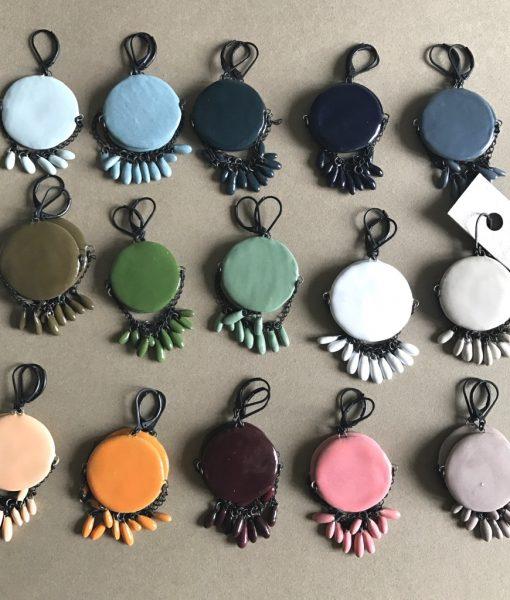 Boucles d'oreilles Louise en céramique formées d'une pastille minuscules gouttes de céramique faites main par Claire Hecquet-Chaut