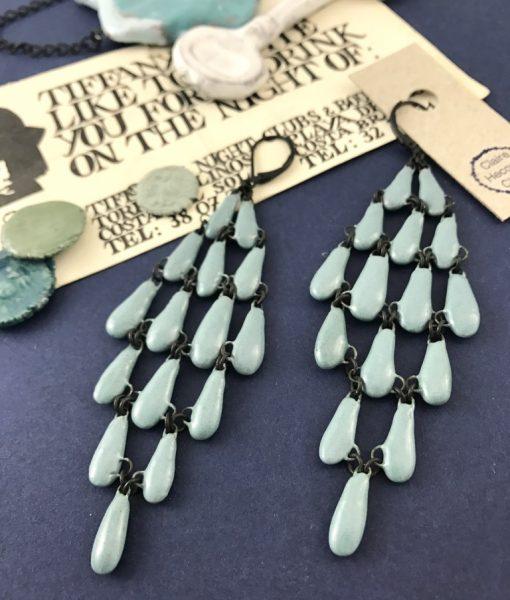 boucles d'oreilles Drapées en céramique couleur bleu céladon de Claire Hecquet-Chaut