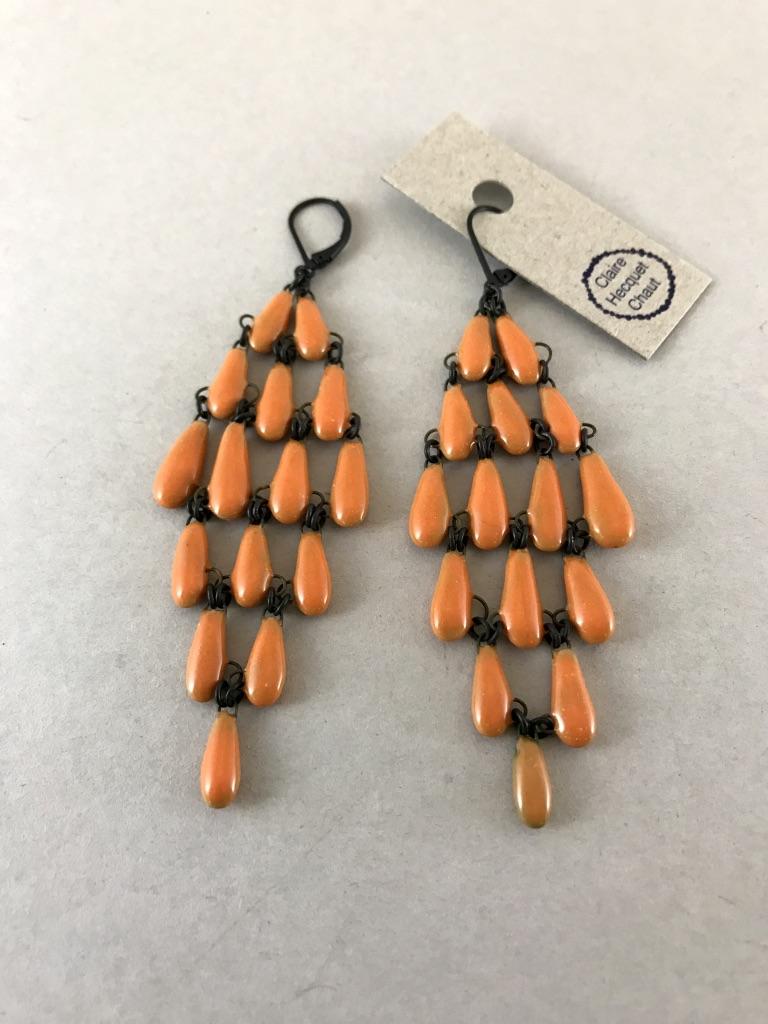 Maxi boucles d'oreilles formées d'un assemblage de gouttes de céramique créant un losange