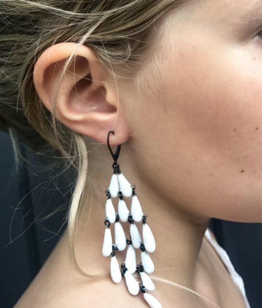 Maxi boucles d'oreilles en céramique formées d un assemblage de goutte de Claire Hecquet-Chaut