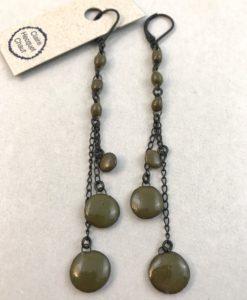 Boucles d'oreilles gitanes en céramique formée de fines perles suspendues et alignées par Claire Hecquet-Chaut