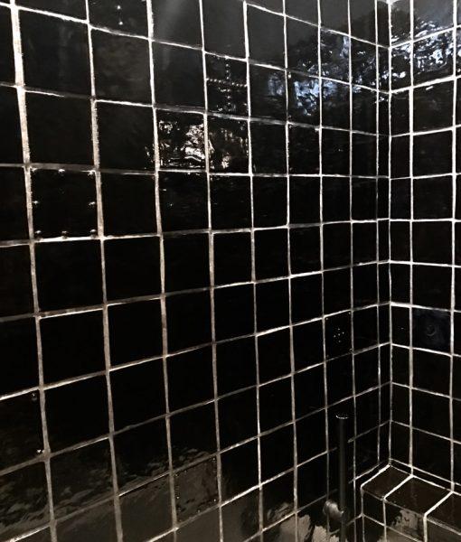 Carrelage carré fait main en France, certains carrelages ont des détails de relief inspirés du braille