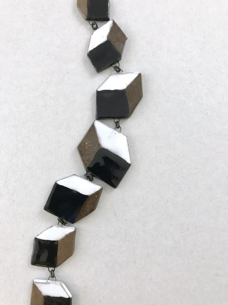 Sautoir spectaculaire en céramique formé de cubes en perspectives fait main en France