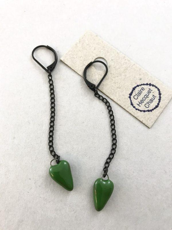 Boucles d'oreilles en céramique formée d'une longue chaine sombre et d'un mini coeur en céramique suspendu