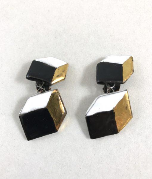 Boucles d'oreilles en céramique formées de deux cubes trompe l'œil . photo avec clip et rehausse or.