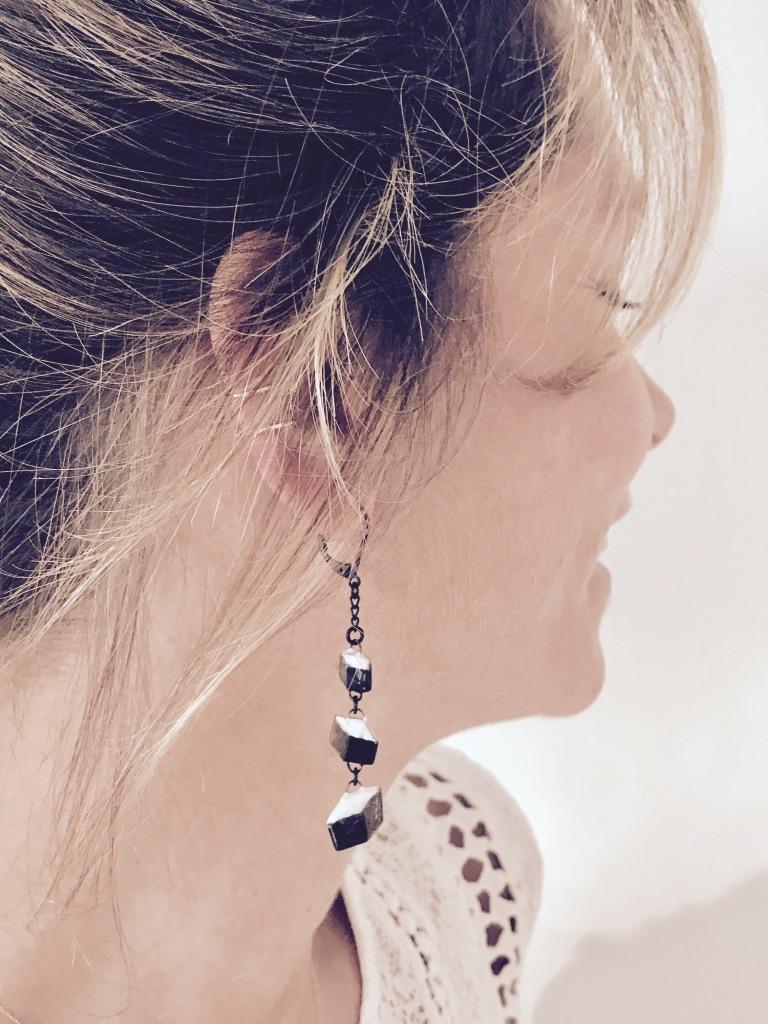 Boucles d'oreilles formées de trois cube en céramique trompe l'oeil par Claire Hecquet-Chaut