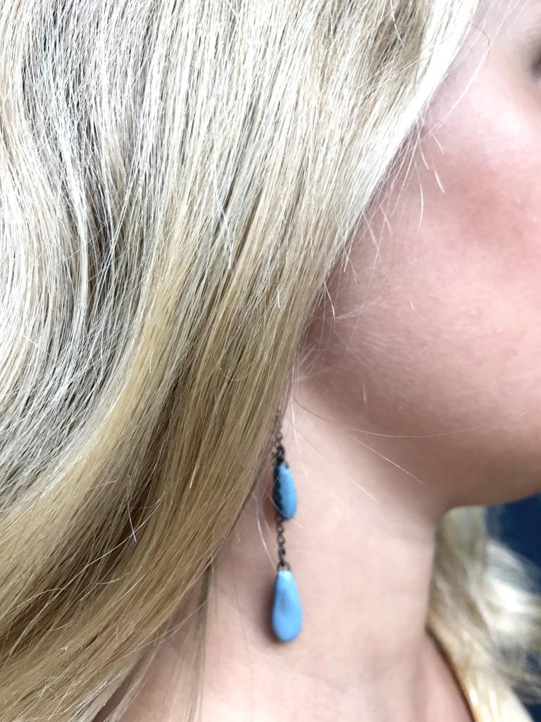 Boucles d'oreilles formées de deux pampilles en céramique suspendues de taille et hauteur différentes