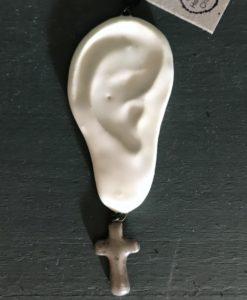 Boucles d'oreilles en céramique mate en forme d'oreilles portant une boucle d'oreille croix argentée