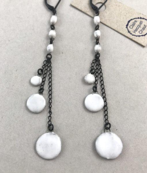 Boucles d'oreilles Gitanes formées de trois mini perles auxquelles sont suspendues trois mini pastilles de taille différentes par Claire Hecquet-Chaut