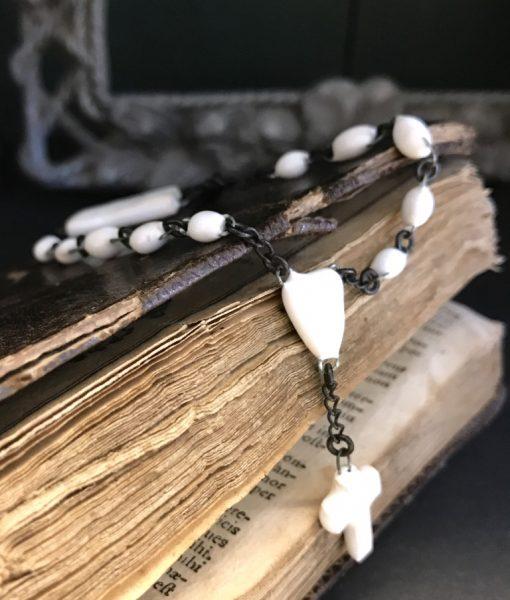 Bracelet croix en céramique formé de mini perles, d'un sacré coeur et d'une mini croix émaillés et fabriqués en France