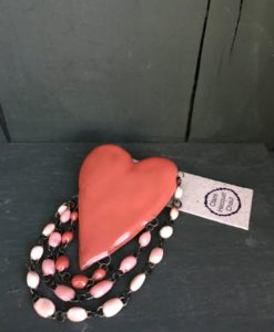 The ceramic Love brooch consists of a ceramic heart with its three mini degrade beads lines.