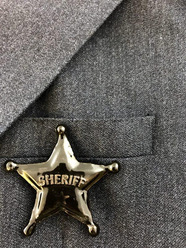 Broche en céramique en forme d'insigne de sherif, fait en France par Claire Hecquet-Chaut