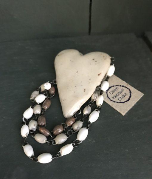 Broche en céramique émaillée, formée d'un coeur en céramique et de trois lignes de perles en céramique de couleur décradée, fait main en France