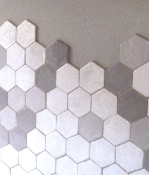 Carrelage hexagonal fait main, certains carrelage ressortent en épaisseur pour former des zones saillantes
