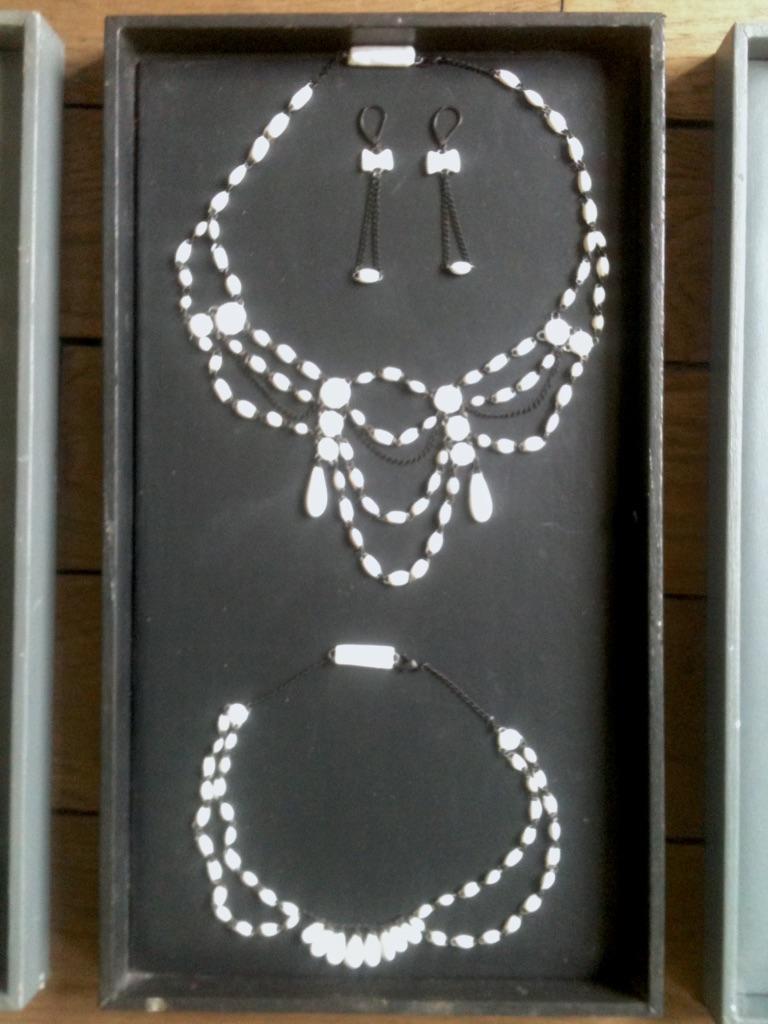 Collier en céramique d'inspiration 19éme siècle formé de micro perles faites main en France par Claire Hecquet-Chaut