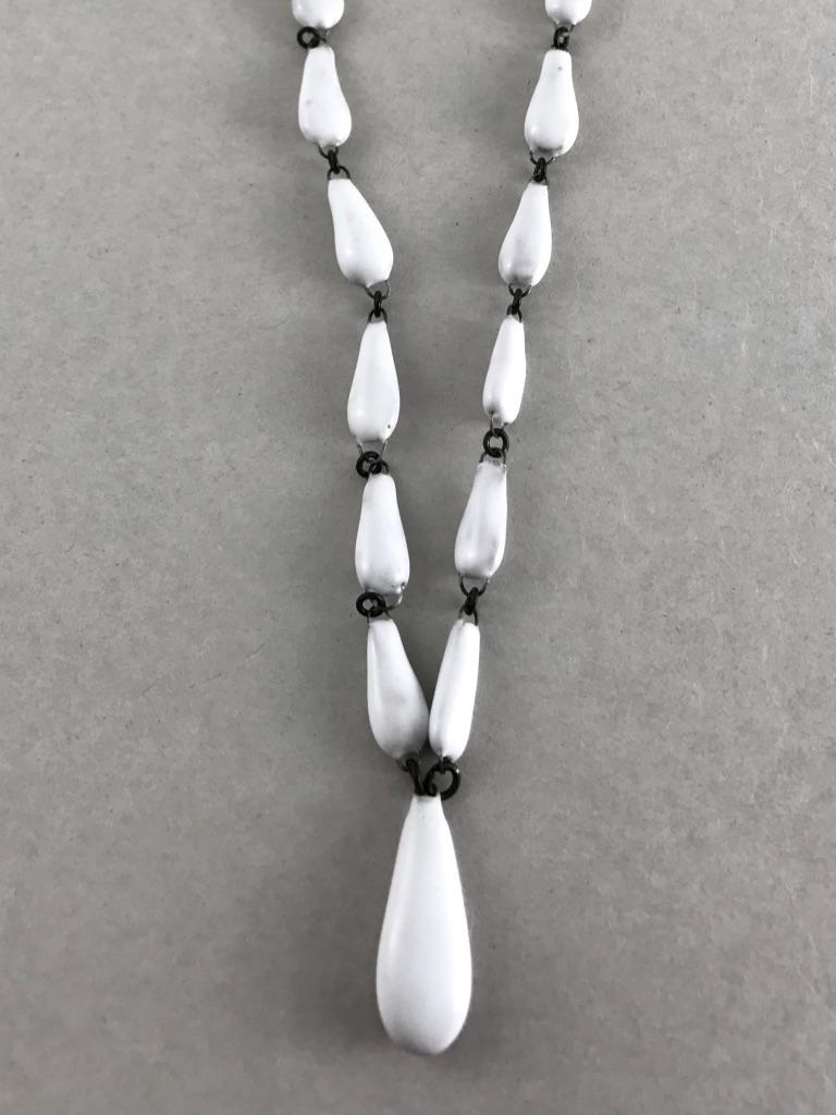 Collier en céramique fine formé d'une enfilade de perles en forme de gouttes fait en France par Claire Hecquet-Chaut