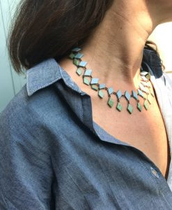 Ras du cou de perles en céramiques losanges de couleurs contrastées, fabrication à l'ancienne en France