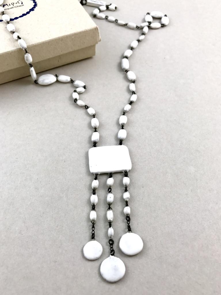 Sautoir en céramique blanc formé d'un rectangle et de ses pastilles suspendues