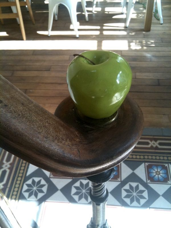 Pomme d'escalier en céramique, vert pomme ou rouge flamboyant, un trompe l'oeil souriant et chic