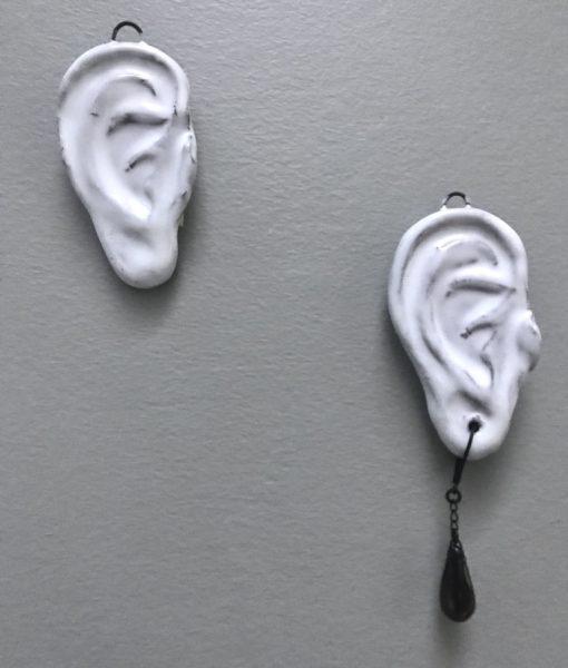Déco clin d'oeil en céramique , Oreille de mur en céramique avec sou sans boucle d'oreille à accrocher au mur, fait main par Claire Hecquet-Chaut