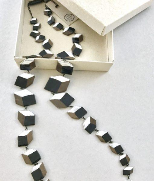 Sautoir spectaculaire en céramique formé de cubes en perspectives faits main en France