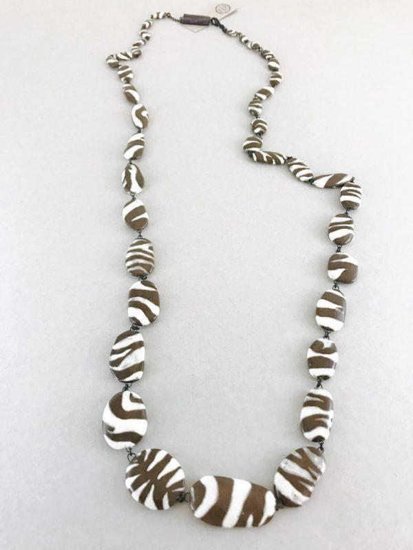 Sautoir pièce unique en céramique fait de perles à motifs zébrés par Claire Hecquet-Chaut