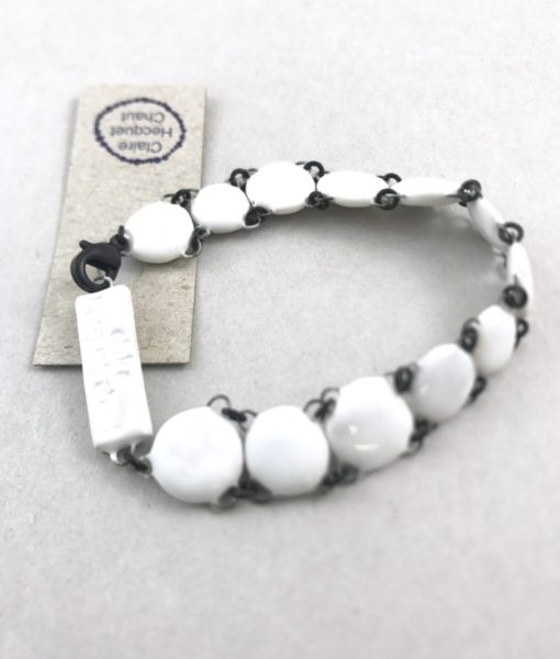 Bracelet Manchette Francine fait de perles plates en céramique montées serrées. Un bijou chic et doux à porter.
