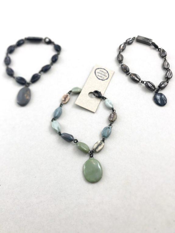 Bracelet en céramique fine made in France fait de cauris émaillés en couleurs.
