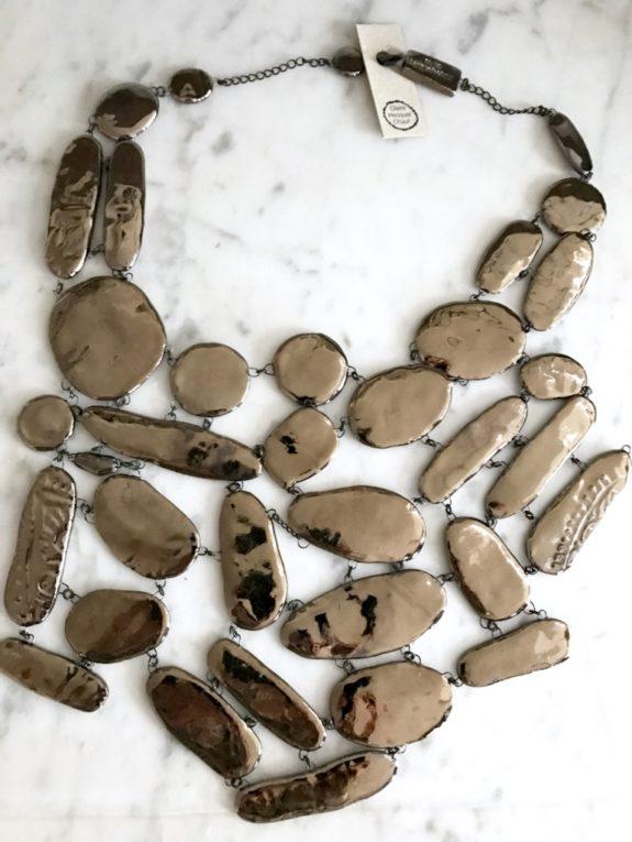 Un collier plastron comme une pièce d'Art, formé d'un savant réseau de perles plates en céramique émaillés en Platine. Spectaculaire.