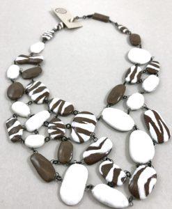 Pièce exceptionnelle en perles de céramique au motifs zébré unies comme un réseau en un plastron, bijoux en céramique par Claire Hecquet Chaut