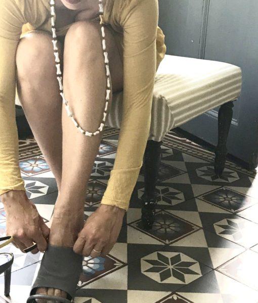 Le sautoir Lucie est formé d'une succession de mini os en céramique façonnés main en France